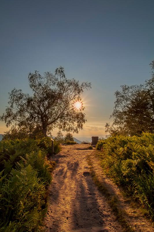 lever de soleil sur un sentier au sommet d'une montagne