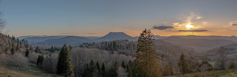 Panorama de forêts et de montagnes en fin de journée