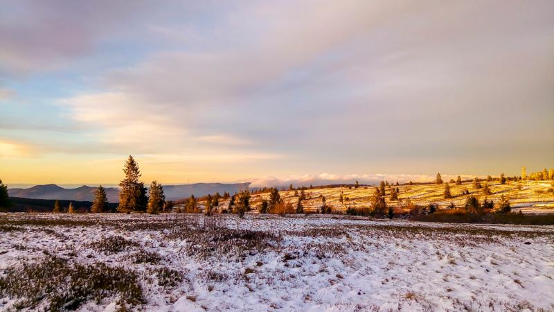 plateau partiellement couvert de neige en millieu semi-montagneux