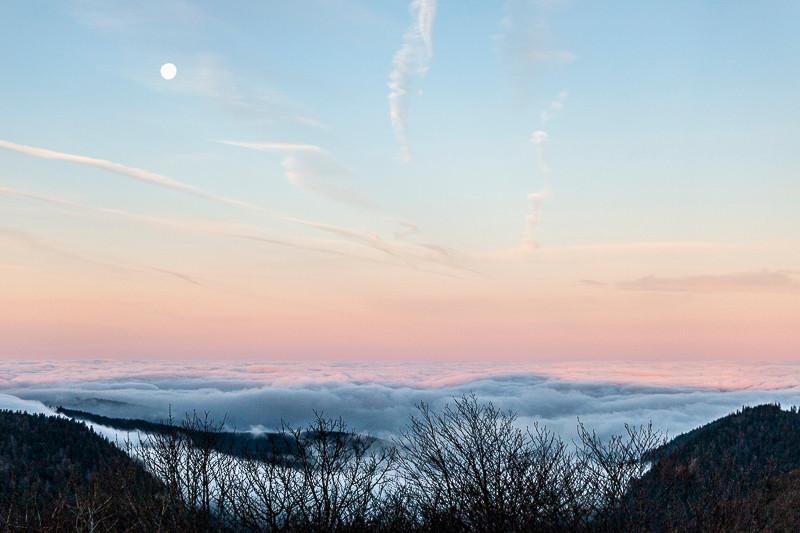 lever de lune sur une mer de nuages