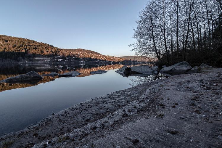 bord d'un lac en fin de journée