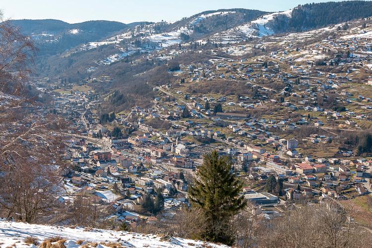 ville au fond d'une vallée