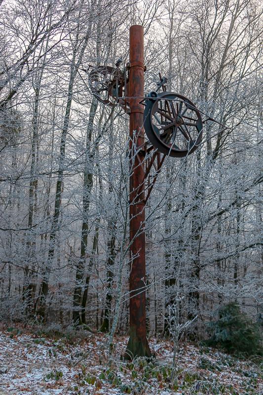 pylône de téléski abandonné dans la forêt