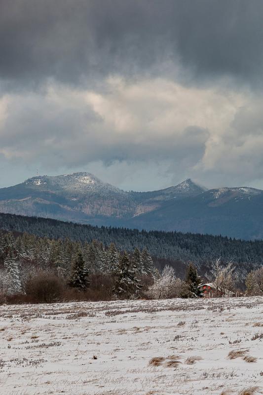 pré enneigé et montagnes sous un beau ciel nuageux