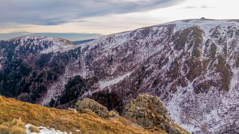 pentes abruptes et enneigées d'une montagne
