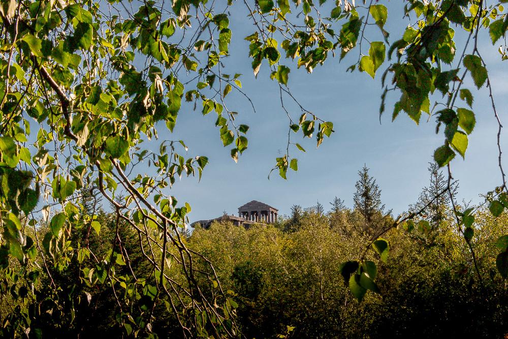 végétation florissante et temple gallo-romain sous un ciel bleu