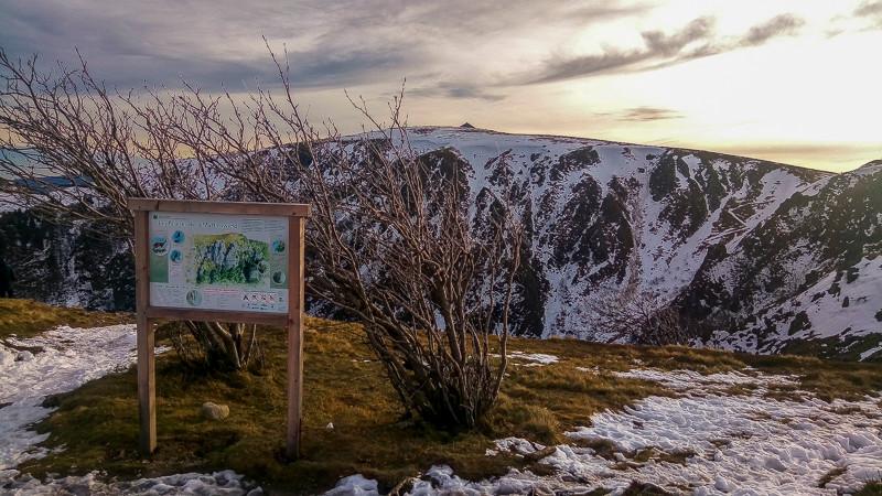 sommet enneigé d'une montagne et ses falaises en fin de journée