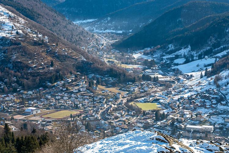 ville au fond d'une vallée montagnarde