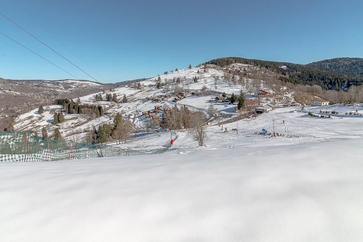 vue des pistes de ski et montagnes des environs
