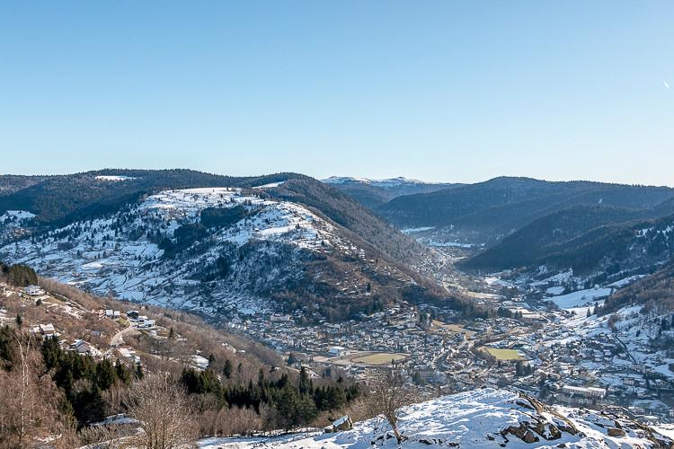 ville entourée de montagnes