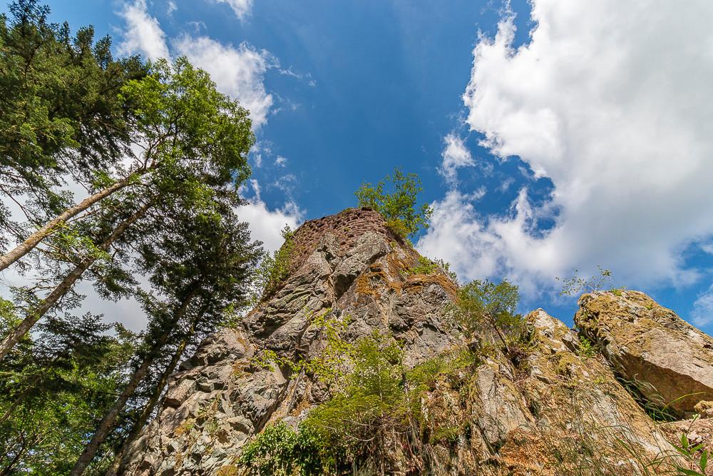 ruines d'une tour ou donjon sur un rocher