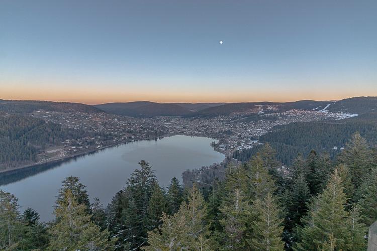 fin de journée sur un lac et sa ville