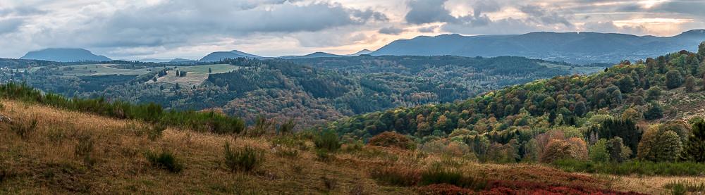 panorama de colline vertes et boisées sous les nuages