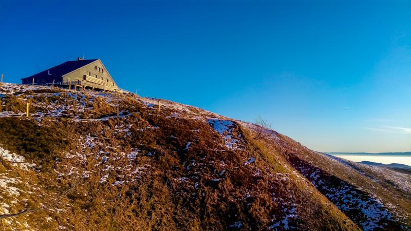 refuge au sommet d'une colline sous ciel bleu