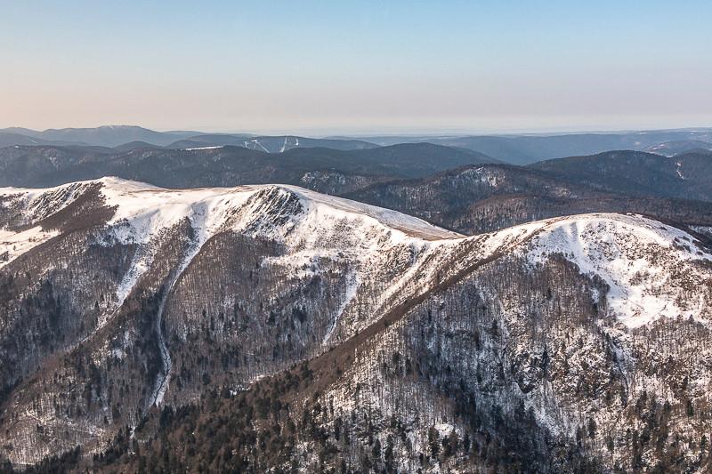 sommets montagneux enneigés vu du ciel