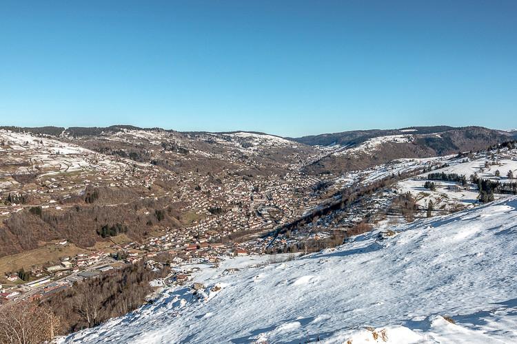 Vue sur une vallée entourée de montagnes enneigées