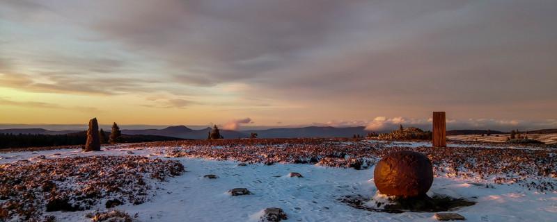 Sculptures sur un plateau montagneux au crépuscule