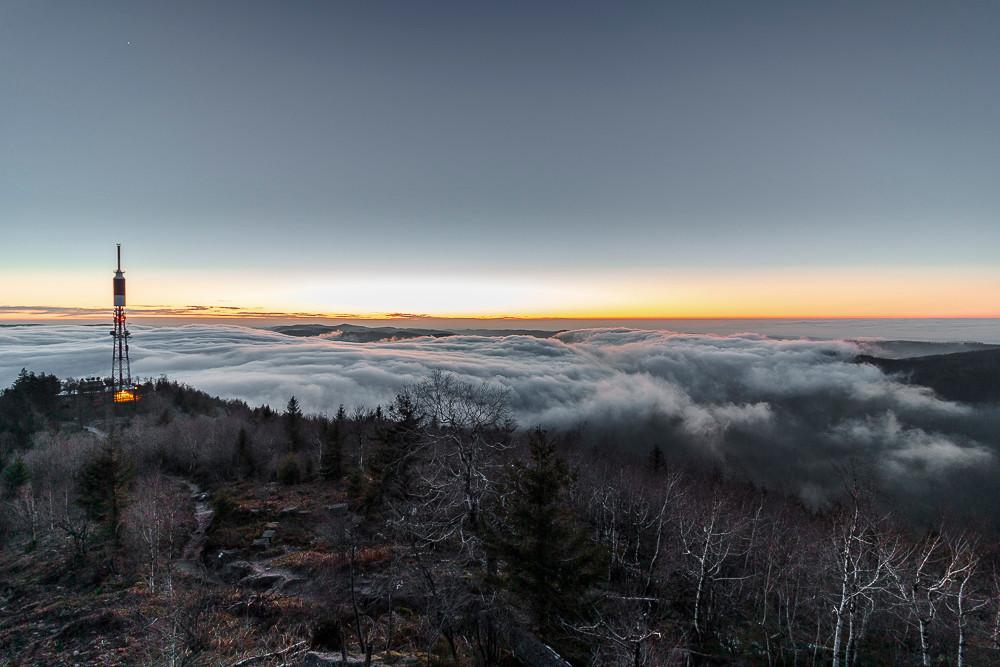 au crépuscule la brume coule dans les vallées