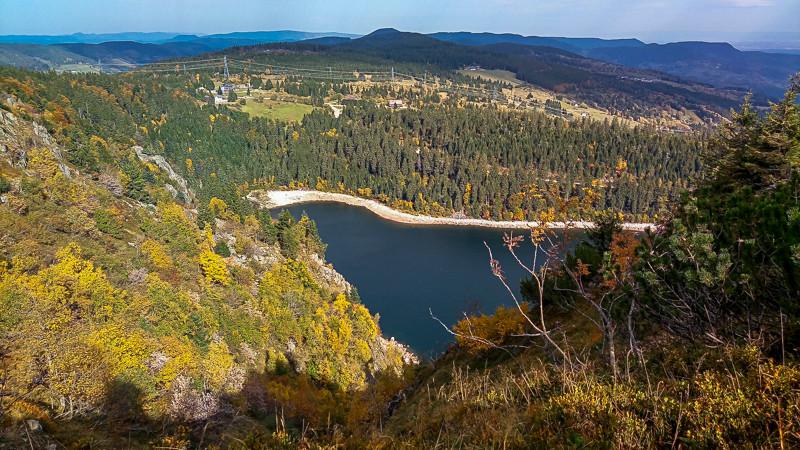 panorama milieu semi-montagneux du lac Blanc entouré de falaises et forêts