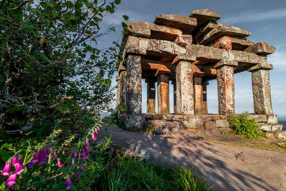 temple architecture gallo-romaine entouré de végétation