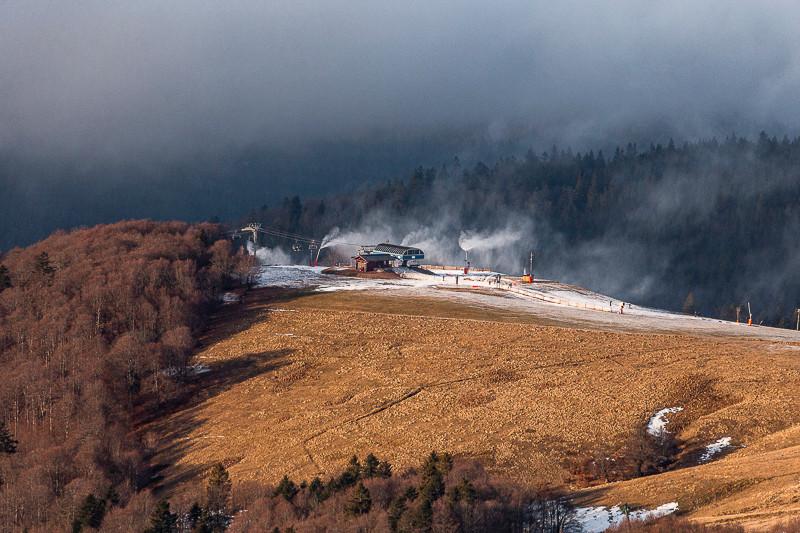 canons à neige et télésièges sur une colline