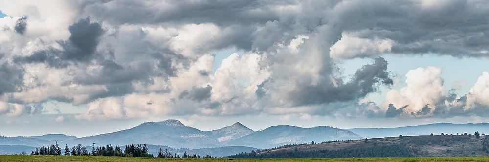 panorama de montagnes sous un beau ciel nuageux