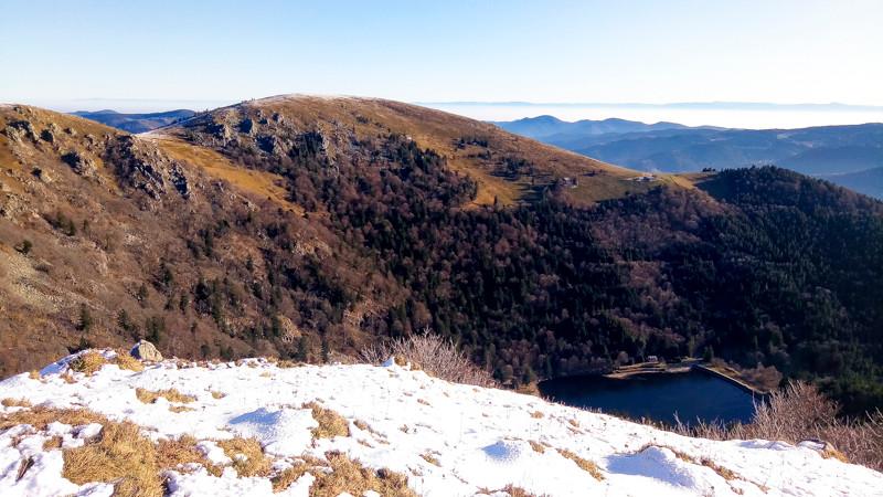 paysage semi-montagneux de collines et un lac au fond d'une vallée