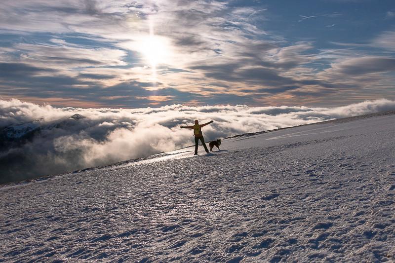plateau enneigé et océan de brume