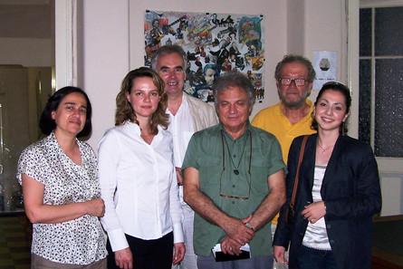 """Η Προεδρος του σωματείου Μουσική Κίνηση, Ελισάβετ Γεωργιάδη στην Ημερίδα """"Τέχνη - Υγεία - Κοινωνία"""" το 2006. Από αριστερα: Βασιλική Φιλιππαίου, Ελισάβετ Γεωργιάδη, Leslie Bunt, Θεόδωρος Αντωνίου, Ηλίας Κούβελας, Καρολίνα Ακινόσογλου"""