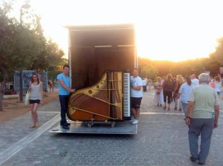 Ένα πιάνο στους δρόμους της Αθήνας