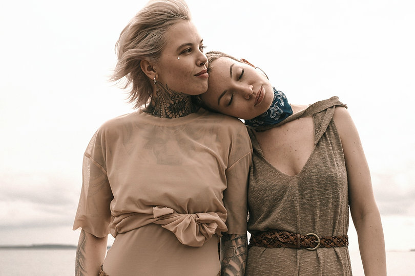 anna-shvets-duo-de-femmes-a-la-plage_edited.jpg