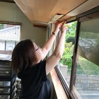 窓枠のコーキング作業