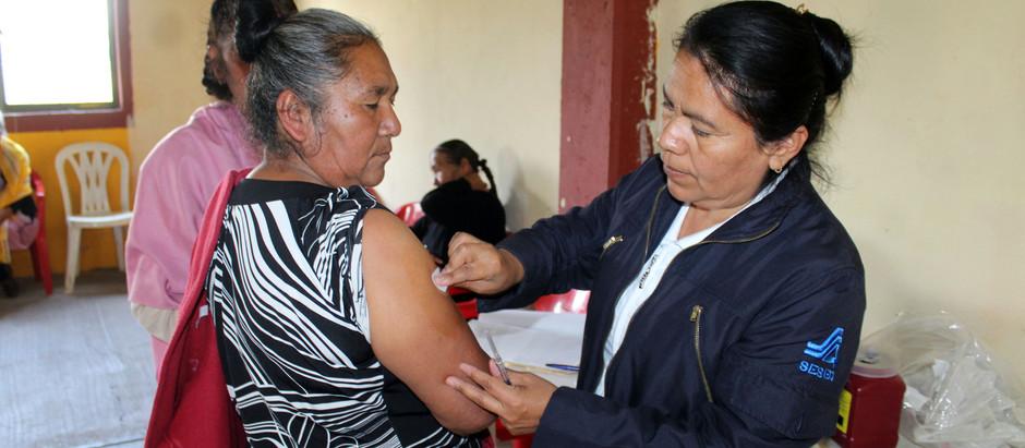 Se aplica la Vacuna para prevenir la influenza a las y los adultos mayores de El Marqués.