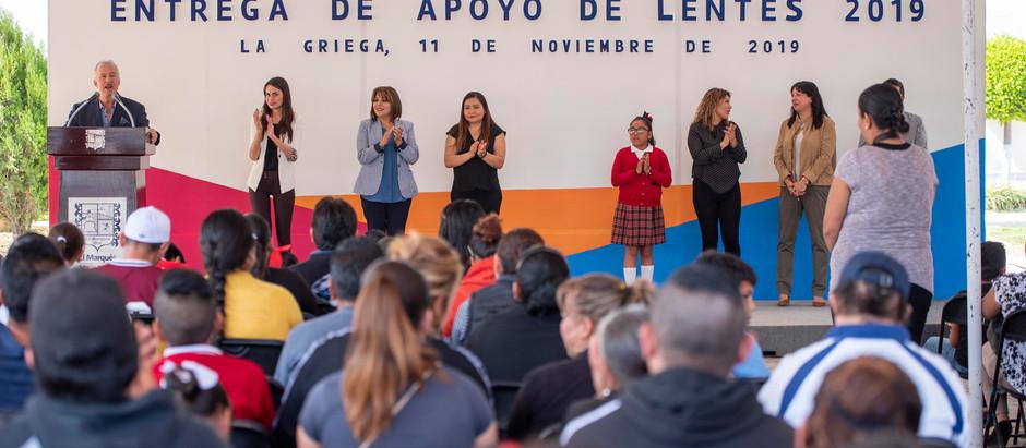 Enrique Vega entregó lentes a 110 estudiantes a través del SMDIF