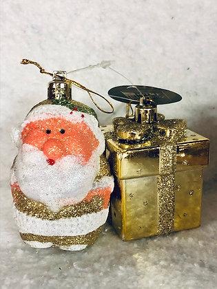 Décoration à suspendre dorée x2 père noël et paquet cadeau