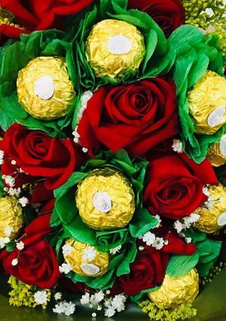 Arranjo com flores e chocolates