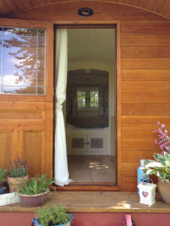 Vardo - peak through the door