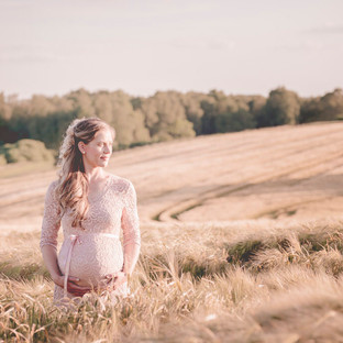 Babybauchmomente im Weizenfeld