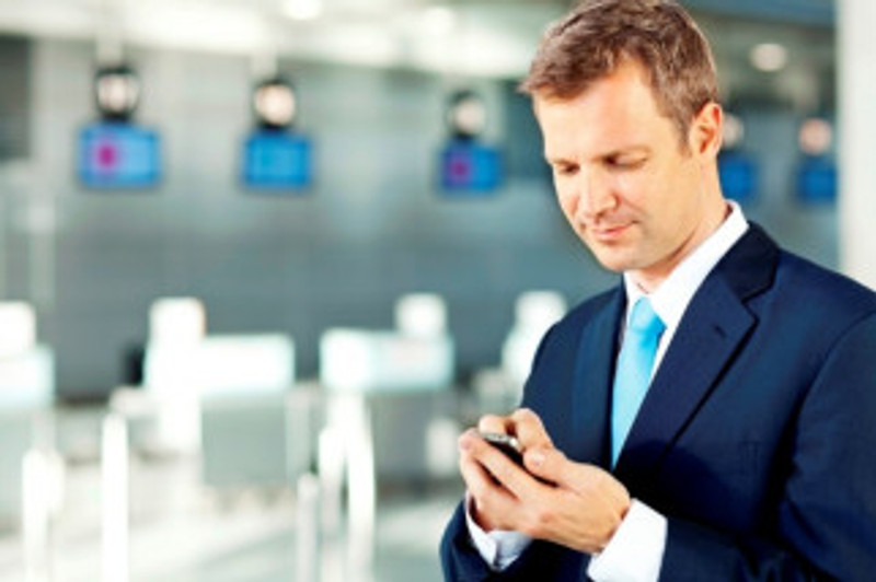 businessman-in-airport-with-smartphone-800x532