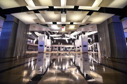 Each club on the Main Level offers more than 30,000 square feet of elegant entertaining space. Both Main Level Clubs North and South are fully equipped with the latest audio and visual technology and can easily host a reception with up to 2,500 guests.