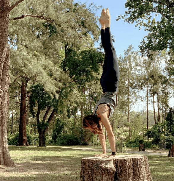 Anneriek Handstand on tree trunk