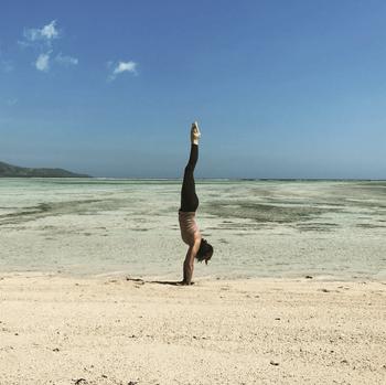 Anneriek Handstand at the beach