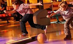 kinderen bowlen bij Superfun