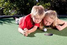 Kinderen spelen minigolf.