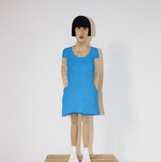 Mädchen im blauen Kleid