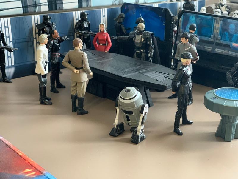 """Salle de réunion réalisée avec le props """" bureau de réunion(1) """" grâce à ses dimensions il est facile de mettre plusieurs figurines autour de celui ci pour des dioramas plus vivants."""