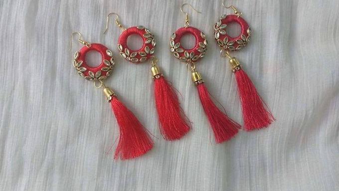 Rode lange oorbellen met stenen en kwastjes
