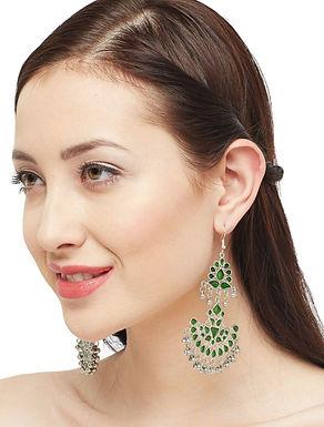 Traditionele vrouwelijke Chandbali oorbellen
