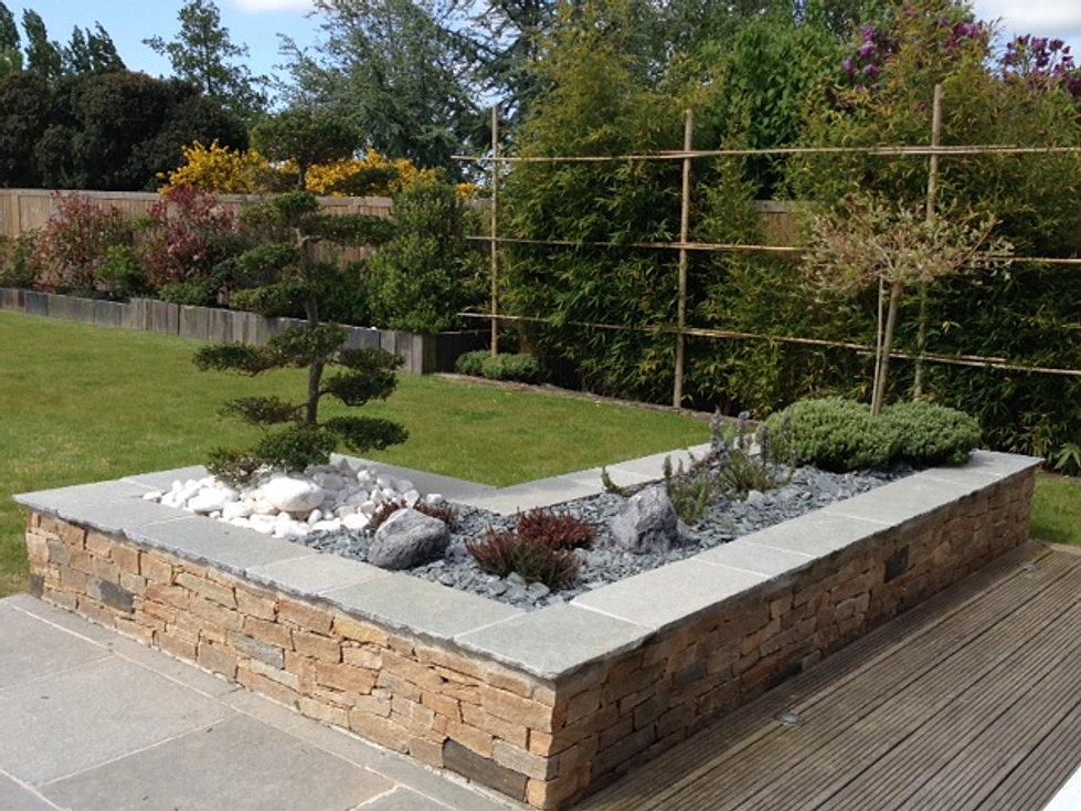 Bordure de jardin bois b ton plastique pierre acier for Idee muret jardin