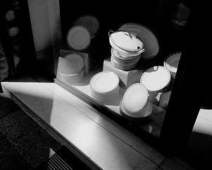 Assiettes en vitrine